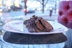 La viande frite coupe, le porc, boeuf d'un plat blanc sur une table dans un café, restaurant photos stock