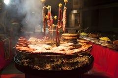 La viande gastronome rapièce les nervures de porc, saucisses, sur un grand gril Photo libre de droits