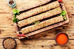 La viande hachée crue embroche des chiches-kebabs Photos stock