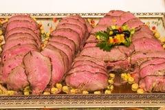 La viande rôtie a arrangé dans des initiales de V et d'A Images libres de droits