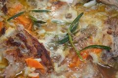 La viande savoureuse délicieuse a cuit avec les légumes et le greene de romarin Photos stock