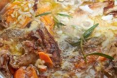 La viande savoureuse délicieuse a cuit avec les légumes et le greene de romarin Image stock