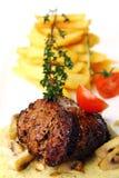 La viande savoureuse fraîche avec le gourmet garnissent photo libre de droits