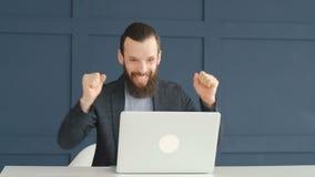 La victoire de jeu en ligne a parié la danse enthousiaste d'homme d'affaires banque de vidéos