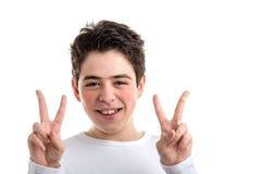 La victoria o el gesto doble de la paz por hispanos liso-peló al muchacho Fotografía de archivo