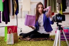 La vidéo d'enregistrement de blogger de mode de beauté pour le blog Photo stock