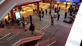 la vidéo de 4K UHD de la station de train intérieure de Berne et l'information se dirigent banque de vidéos