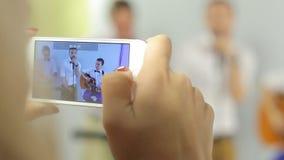 La vidéo de téléphone de prises de fille de la bande musicale se compose banque de vidéos