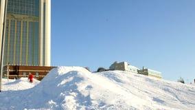 La vidéo du ski de neige incline, ligne d'ascenseur et vallée de parc dans le Wasatch Jour ensoleillé avec des familles sur des s