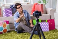 La vidéo masculine d'enregistrement de blogger de mode pour le vlog images libres de droits