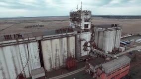 La vidéographie aérienne est une vieille usine énorme et les champs clips vidéos