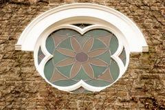 La vid cubrió la pared de la iglesia con la ventana color de rosa Fotografía de archivo