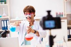 La vid?o de enregistrement de blogger de chimiste pour son blog photo stock