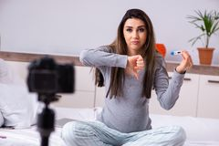 La vid?o de enregistrement de femme enceinte pour son blog images stock