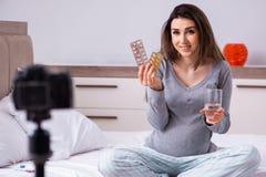 La vid?o de enregistrement de femme enceinte pour son blog photo libre de droits