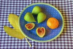 La vida brillante del otoño todavía con el higo maduro da fruto en la placa Fotos de archivo