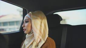 La vida de cada día de una mujer árabe que va a un taxi a encontrar a su amigo metrajes