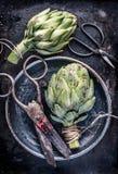 La vida de la alcachofa de la visión superior todavía con el vintage scissors Imagen de archivo
