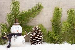 La vida de la Navidad todavía tiene los conos del pino y el muñeco de nieve Fotos de archivo
