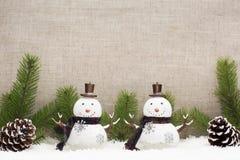 La vida de la Navidad todavía tiene los conos del pino y el muñeco de nieve Imagen de archivo libre de regalías
