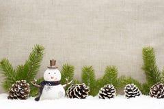 La vida de la Navidad todavía tiene los conos del pino y el muñeco de nieve Imagenes de archivo