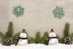 La vida de la Navidad todavía tiene los conos del pino y el muñeco de nieve Imagen de archivo
