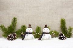 La vida de la Navidad todavía tiene los conos del pino y el muñeco de nieve Foto de archivo