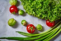 La vida de las verduras frescas todavía sobre blanco texturizó el fondo, primer, endecha del plano Fotos de archivo