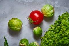 La vida de las verduras frescas todavía sobre blanco texturizó el fondo, primer, endecha del plano Imágenes de archivo libres de regalías