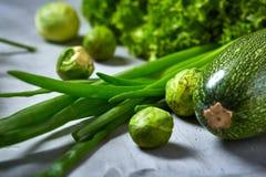 La vida de las verduras frescas todavía sobre blanco texturizó el fondo, primer, endecha del plano Fotos de archivo libres de regalías