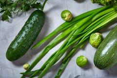 La vida de las verduras frescas todavía sobre blanco texturizó el fondo, primer, endecha del plano Imagen de archivo libre de regalías
