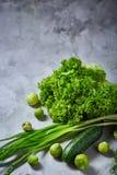 La vida de las verduras frescas todavía sobre blanco texturizó el fondo, primer, endecha del plano Fotografía de archivo