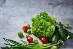 La vida de las verduras frescas todavía sobre blanco texturizó el fondo, primer, endecha del plano Foto de archivo libre de regalías