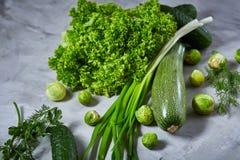 La vida de las verduras frescas todavía sobre blanco texturizó el fondo, primer, endecha del plano Imagenes de archivo