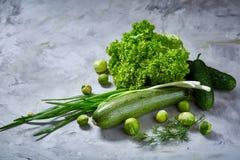La vida de las verduras frescas todavía sobre blanco texturizó el fondo, primer, endecha del plano Fotografía de archivo libre de regalías