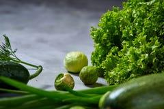 La vida de las verduras frescas todavía sobre blanco texturizó el fondo, primer, endecha del plano Foto de archivo