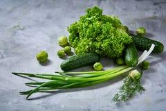 La vida de las verduras frescas todavía sobre blanco texturizó el fondo, primer, endecha del plano Imagen de archivo
