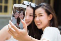 La vida de los adolescentes de la generación Y cuelga hacia fuera en el uso de la cafetería elegante Fotografía de archivo libre de regalías