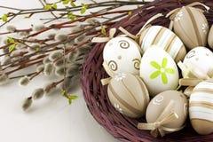 La vida de Pascua todavía con el colorfull eggs en cesta de mimbre Foto de archivo