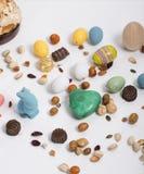 La vida de Pascua todavía con los artículos le gusta el conejo, huevos, confeti, chocol Fotografía de archivo