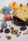 La vida de Pascua todavía con los artículos le gusta el conejo, huevos, confeti, chocol Imagenes de archivo