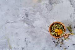 La vida del balneario todavía con las flores en cuenco de madera en luz texturizó el fondo, visión superior, primer, foco selecti Imágenes de archivo libres de regalías