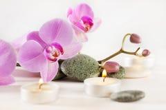 La vida del balneario todavía con las velas aromáticas florece y las piedras Fotografía de archivo libre de regalías