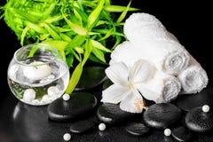 La vida del balneario todavía del hibisco blanco florece, bambú, toallas Imagenes de archivo