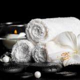 La vida del balneario todavía del hibisco blanco florece, las toallas y el florero redondo w Fotos de archivo