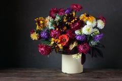 La vida del otoño todavía con el jardín florece en un fondo oscuro Fotos de archivo libres de regalías