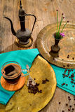 La vida del vintage todavía con el montón de los granos de café acerca al cobre viejo Fotografía de archivo libre de regalías
