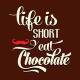 La vida es corta, come el chocolate, fondo tipográfico de la cita, libre illustration
