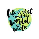 La vida es cortocircuito y el mundo es ancho Refrán inspirado sobre viaje con el ejemplo del globo de la tierra Foto de archivo