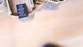 La vida es demasiado corta seguir las reglas almacen de metraje de vídeo